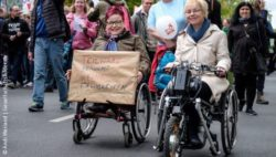 Photo: Two women in a wheelchair during a demonstration in Germany; Copyright: Andi Weiland | Gesellschaftsbilder.de