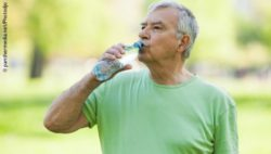 Photo: Elderly man drinking water after his workout; Copyright: panthermedia.net/Photodjo