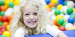 Foto: A girl is playing in a ball pool; Copyright: Messe Düsseldorf