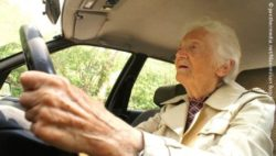Photo: Elderly woman driving a car; Copyright: panthermedia.net/Maximilian Boschi