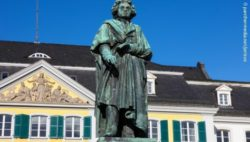 Photo: The Beethoven monument in front of the Postamt in Bonn,Germany; Copyright: panthermedia.net/Jorisvo