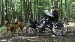 Photo: Manuela Richter with two dogs while dog trekking; Copyright: Nikolaus Richter