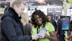 Photo: Exhibitor shows a visitor a product; Copyright: Messe Düsseldorf