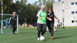 Photo: Elderly women playing soccer together; Copyright: Mia Kjaergaard, DBU