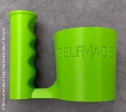 Photo: SELFMADE drinking cup with handle out of the 3D printer; Copyright: Technische Universität Dortmund, Oliver Schaper