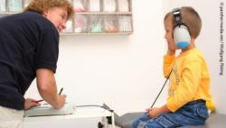 Photo: Boy during an auditory test in a doctor's room; Copyright: panthermedia.net / Wolfgang Flöting