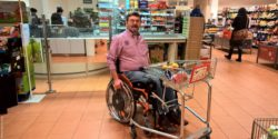 Photo: Norbert Sandmann while shopping with a wheelchair accessible shopping cart; Copyright: handicap-na-und.de