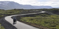 Photo: Wheelchair user on a winding road in Iceland; Copyright: RUNA REISEN GmbH