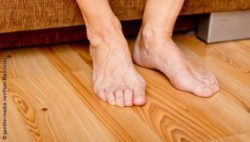 Image: Naked feet on a wooden floor; Copyright: panthermedia.net/Piotr Marcinski