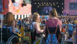 Photo: Wheelchair users on a music festival having fun; Copyright: Timo Hermann | Gesellschaftsbilder.de