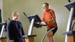 Photo: Elderly man on a treadmill in the gym; Copyright: panthermedia.net/Design Pics