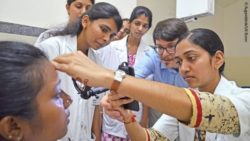 Medical assistants and Dr. Maximilian Wintergerst (center) during an eye screening in Bangalore; Copyright: University Hospital Bonn