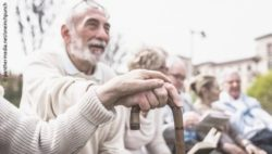 Photo: Group of elderly people outdoors; Copyright: panthermedia.net/oneinchpunch