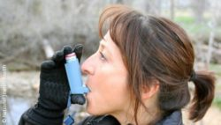 Photo: woman with an asthma inhaler