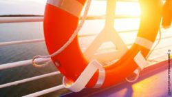 Photo: Lifebelt hangs on the railing of a ship at sunset; Copyright: panthermedia.net/william87