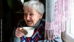 Photo: Elderly woman holding a cup in her hand and smiling; Copyright: panthermedia.net/dimaberkut