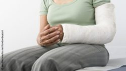 Image: Arm of an older woman with a cast; Copyright: panthermedia.net/londondeposit