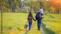 Image: Family with a dog is talking a hike; Copyright: panthermedia.net/vvvita