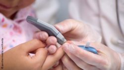 Photo: Doctor measures blood sugar of a child; Copyright: panthermedia.net/Anetta