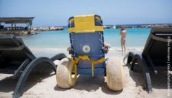 Photo: A beach wheelchair between beach loungers; Copyright: Timo Hermann | Gesellschaftsbilder.de