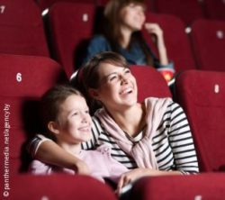 Photo: Mother and daughter together in a cinema; Copyright: panthermedia.net/agencyby