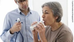 Photo: Elderly woman during spirometry with a physician; Copyright: panthermedia.net/imagepointfr