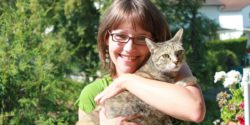 Photo: Meike Mittmeyer-Riehl together with her cat; Copyright: Dennis Riehl