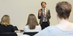 Photo: Speaker during an exhibitor lecture in front of the audience; Copyright: Messe Düsseldorf