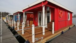Photo: Several houseboats next to each other at the jetty; Copyright: BunBo – Das BungalowBoot www.BunBo.de