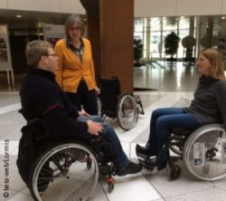 Photo: Hedwig Reiffs with a visitor and a wheelchair driver; Copyright: beta-web/Lormis