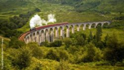 Photo: Picture of a train passing the Glenfinnan Viaduct in Scotland known from the Harry Potter movies; Copyright: panthermedia.net/stroop