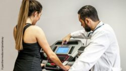 Photo: A doctor explains to a woman something on the display of the treadmill; Copyright: panthermedia.net/pixelaway