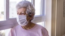 Photo: Elderly woman wearing a nose and mouth protective mask against the Coronavirus; Copyright: PantherMedia/TaniaBertoni