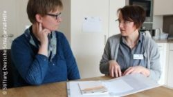 Photo: Stroke mentor during a consultation with a patient; Copyright: Stiftung Deutsche Schlaganfall-Hilfe