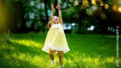 Photo: Little girl playing with bubbles in the park; Copyright: panthermedia.net / apid