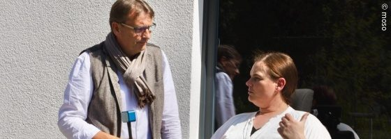 Photo: Karina Lauridsen talking to Klaus Gierse in front of a building; Copyright: moso
