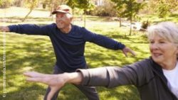 Photo: Elderly couple practicing tai chi in a park; Copyright: panthermedia.net/Monkeybusiness Images