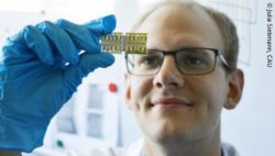 Photo: Researcher holding sensors from the 3D printer in his hand; Copyright: Julia Siekmann, CAU