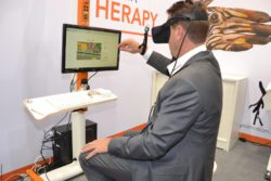 Photo: Man with VR glasses in front of a screen; Copyright: beta-web/Hofmann