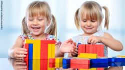Photo: Two girls build towers with wooden blocks; Copyright: panthermedia.net/karelnoppe