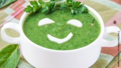 Photo: Spinach soup with a smiling face on it; Copyright: panthermedia.net/Maria-Lapina