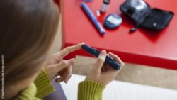 Photo: Woman checking her insulin level; Copyright: panthermedia.net/imagepointfr