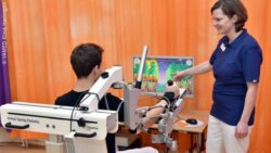 Photo: Young person during arm training in a rehabilitation clinic; Copyright: VAMED Klinik Hattingen