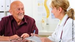 Photo: Older patient talking to his doctor; Copyright: panthermedia.net/alexraths