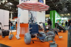Image: Beach chairs with large rubber tires at a trade fair stand; Copyright: beta-web/Lormis