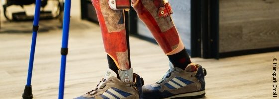 Photo: Child walking in orthoses with Union Jack design and crutches; Copyright: frankpurk GmbH