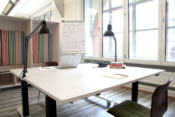 Photo: Height-adjustable desk in coworking space TUECHTIG; Copyright: Matthias Steinbrecher