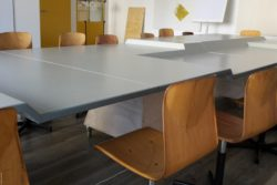 Photo: Close-up of the conference table top with the different heights; Copyright: beta-web/Lormis