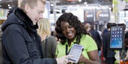 Photo: Exhibitor talking to a trade fair visitor; Copyright: Messe Düsseldorf