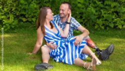 Image: Couple sits on grass and laughs; Copyright: panthermedia.net/belahoche